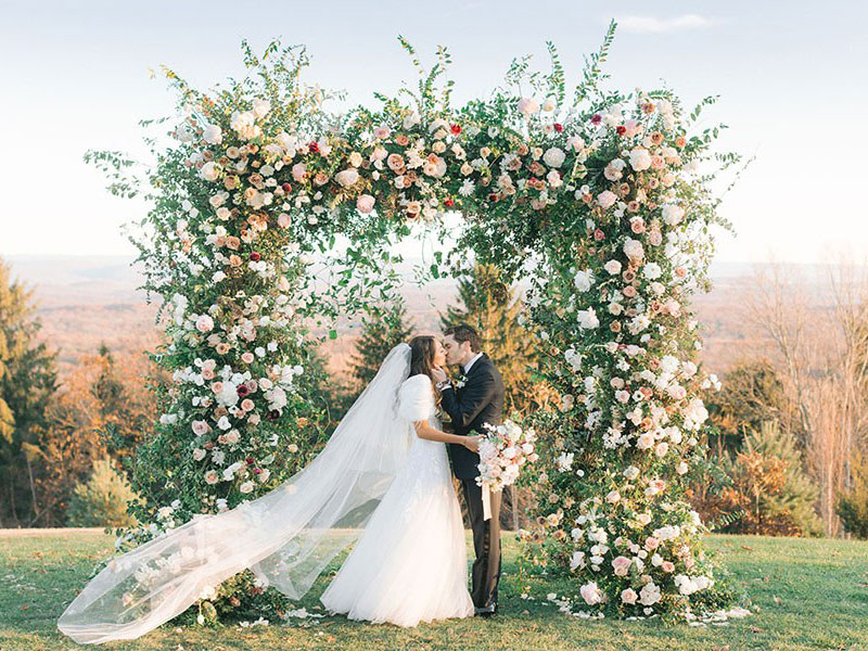 در حال حاضر سبک ها و استایل های مختلفی برای طراحی و دیزاین جشن عروسی ترویج یافته است. همراه لوازم تالار سمیعی باشید با معرفی انواع سبک های عروسی :...